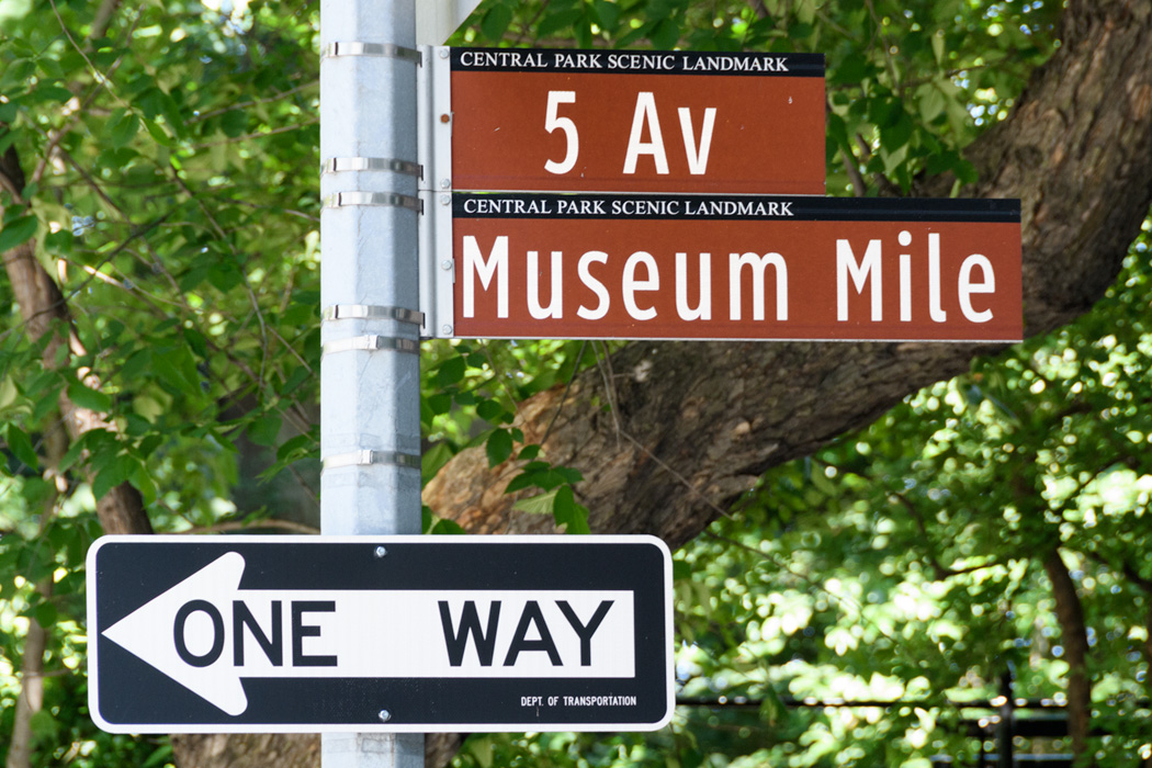According to one couple, there is only ONE WAY to experience museums!