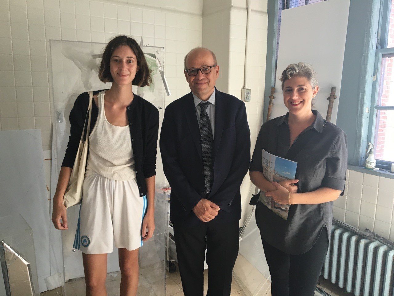 Op de foto van links naar rechts: Coco Young, kunstenaar, Tom Finkelpearl, wethouder cultuur, en Shirley Levy.