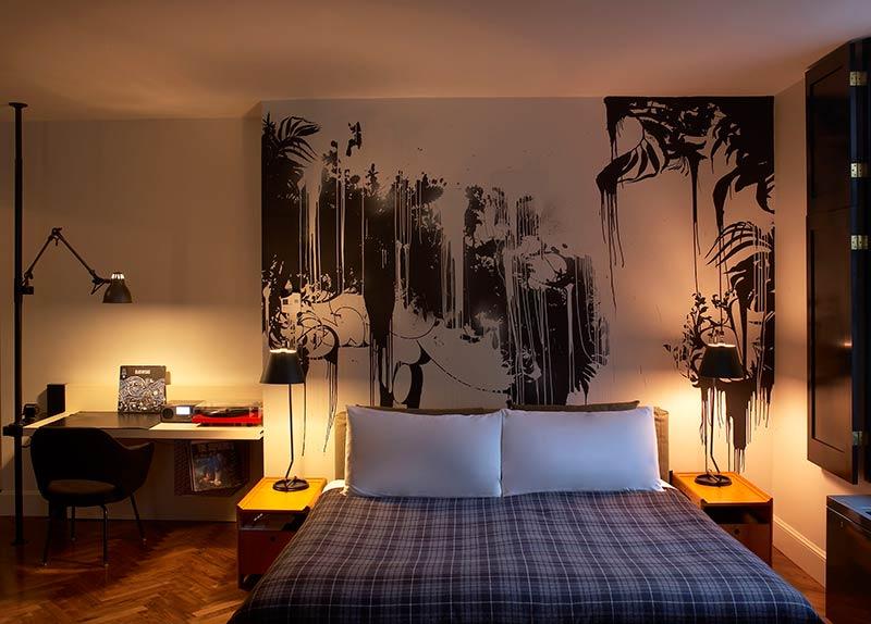 the-ace-hotel-new-york-stylish-medium-bedroom-graffiti-art.jpg