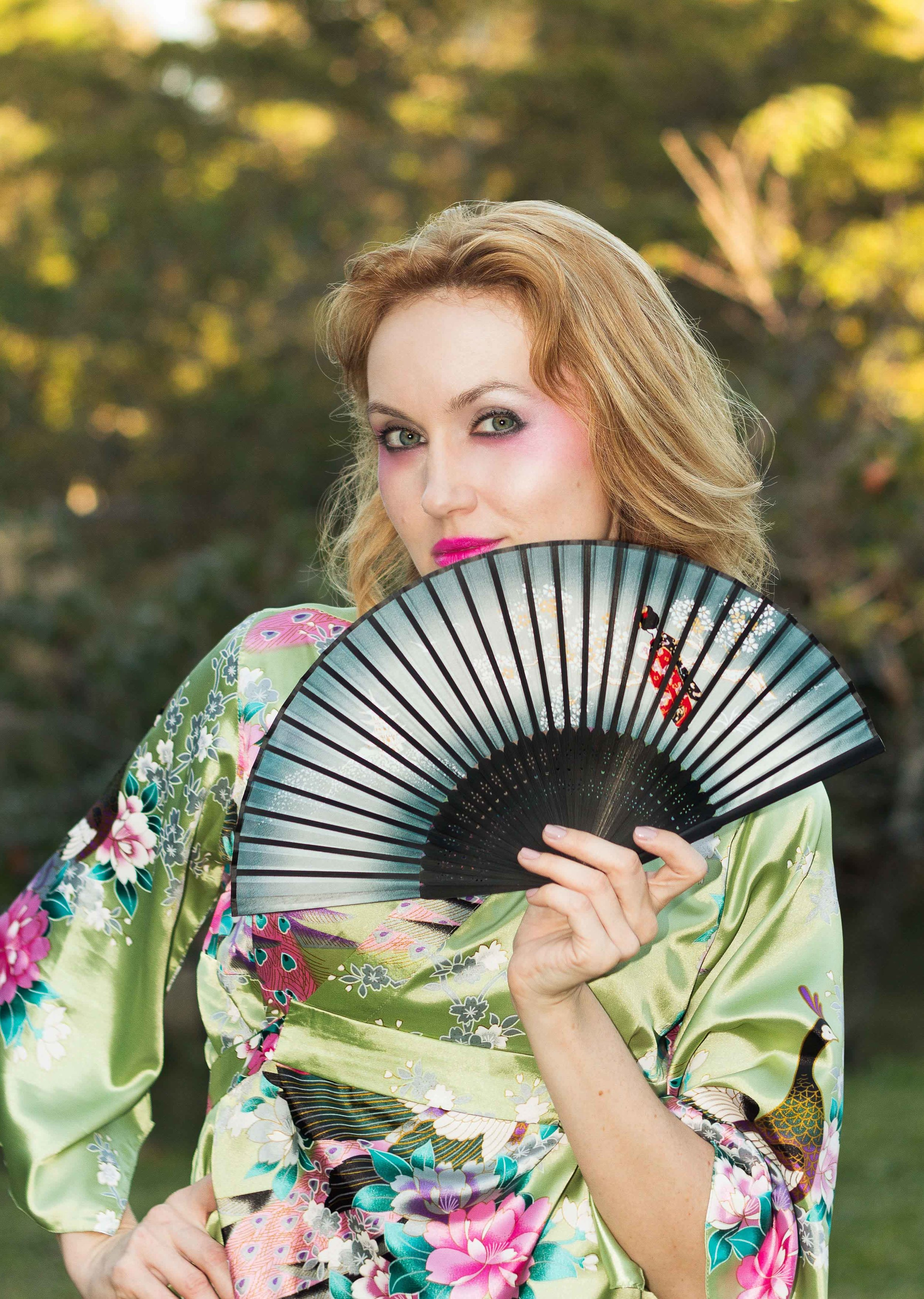 japanese-inspired-makeup-girl-with-fan