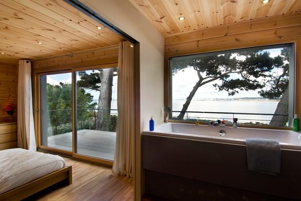 Спальня и ванная в современном доме Хонка