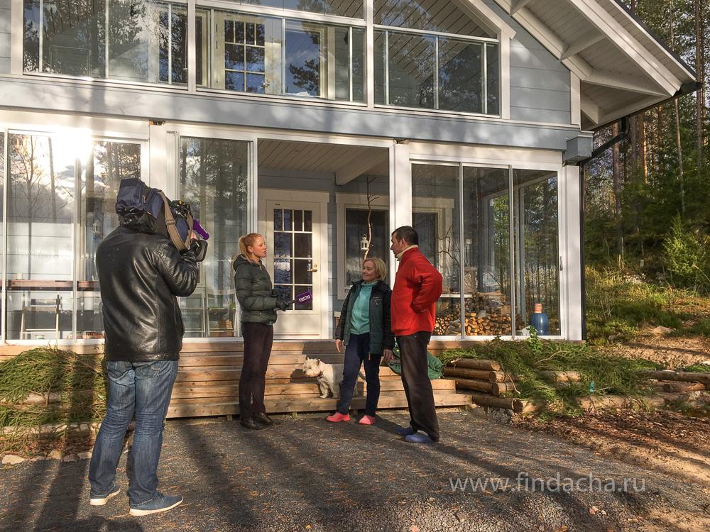 Фото: Семья Гончаровых из Петербурга дает интервью российскому телевидению на крыльце своего коттеджа в Финляндии.