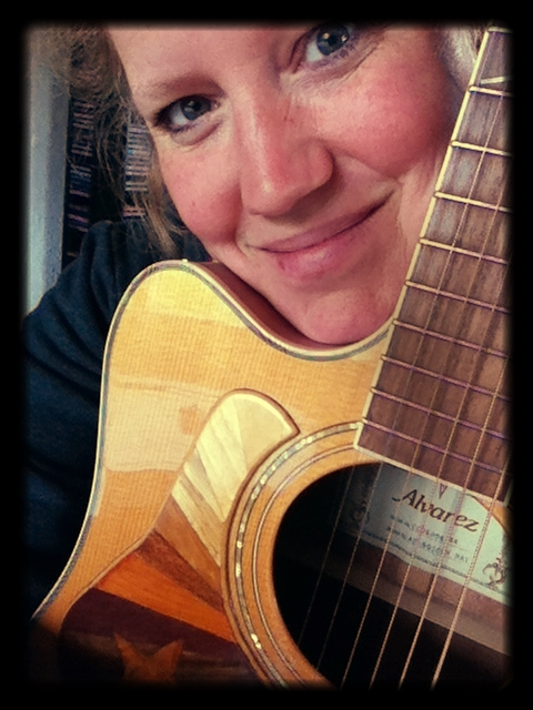 Lindsay_holds_her_Guitar