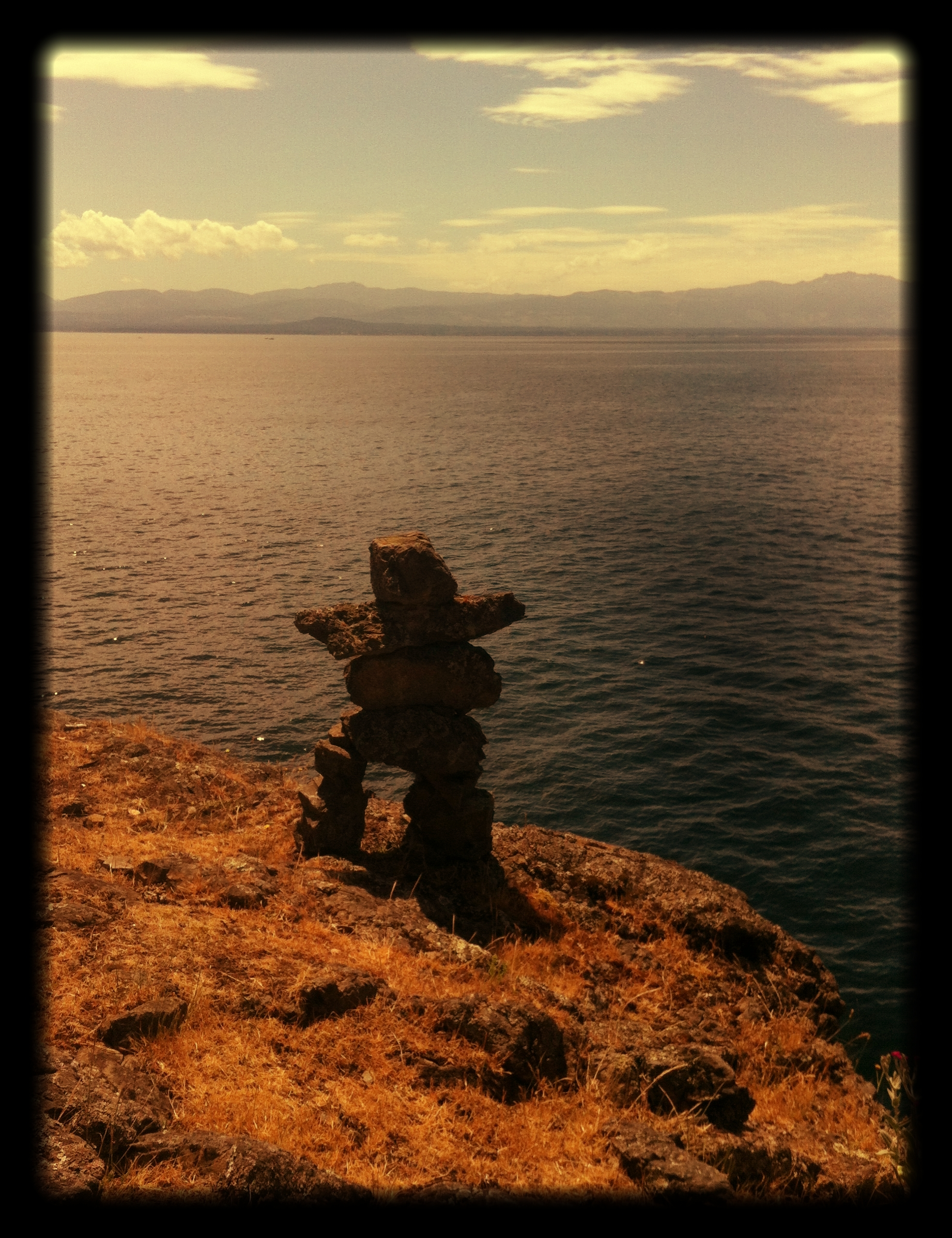 An_Inukshuk_over_looking_a_vast_ocean