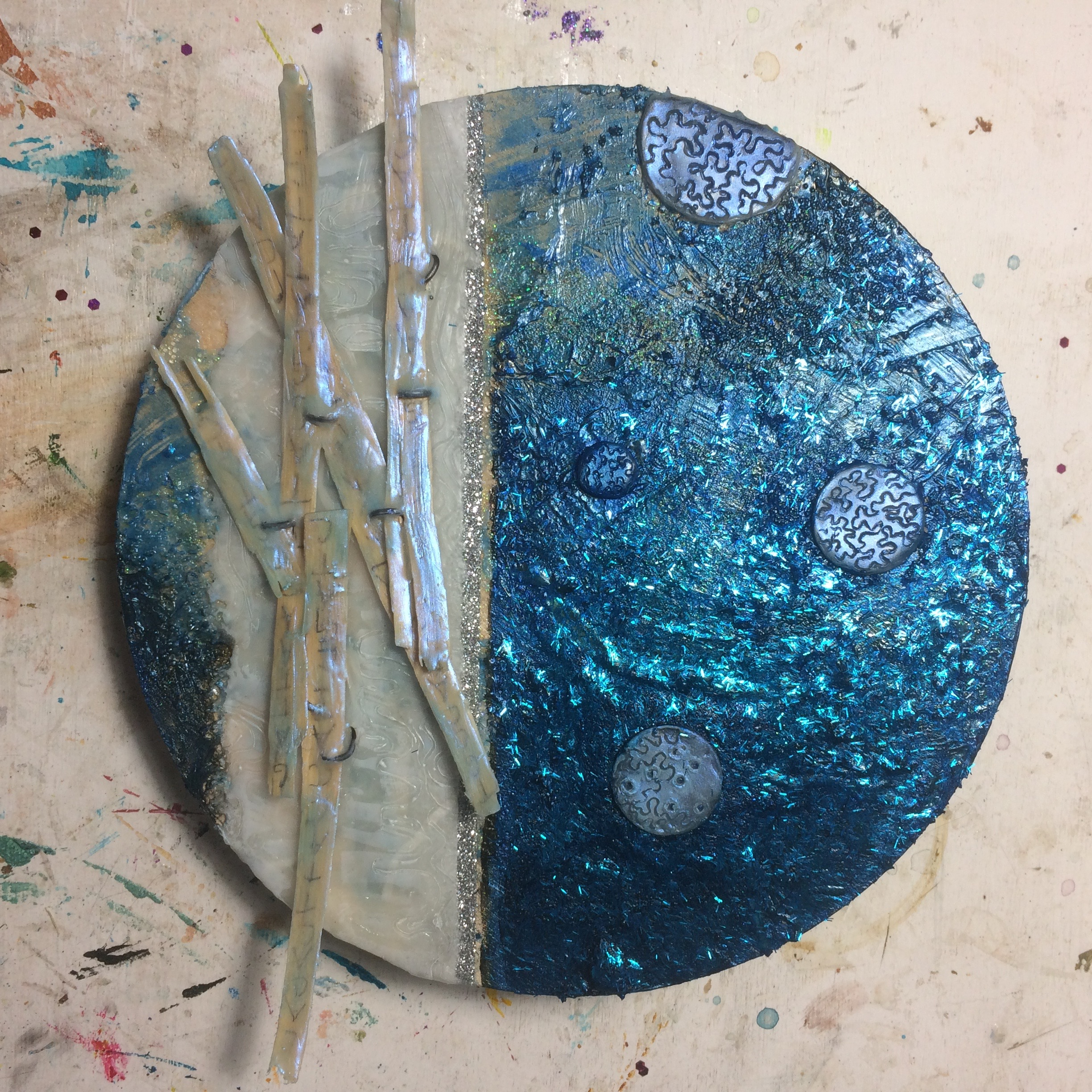 (A) Covered surface in blue glitter, interference blu over wax planets
