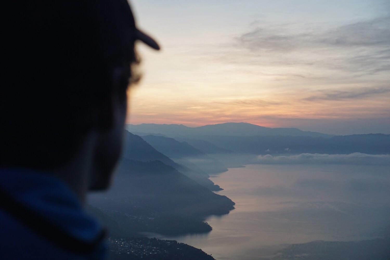 Sonnenaufgang über dem Lago Atitlán zum ersten.