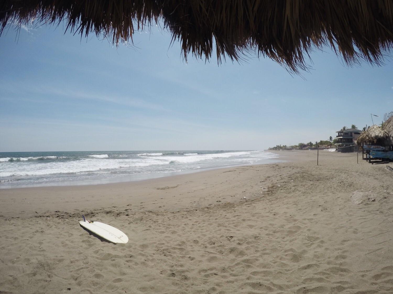 Der Strand und unser Surfboard in Las Peñitas.