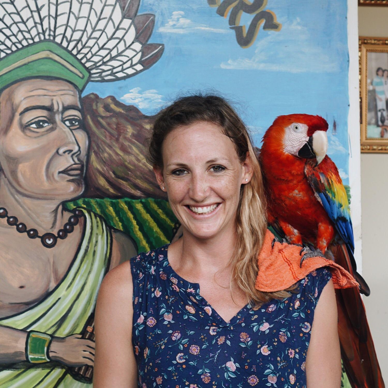 Der Papagei hat Marion soeben einen guten Witz erzählt.