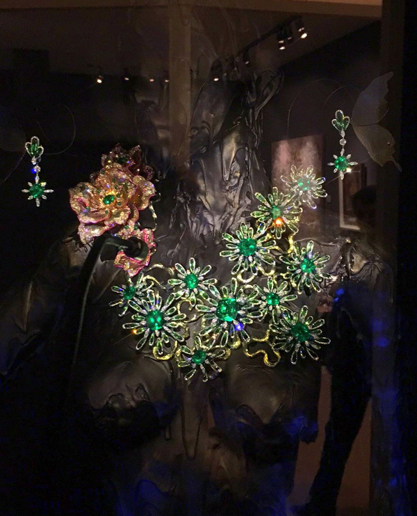 Astonishing emerald and diamond sculptural necklace by Wallace Chan. Note the astonishing size of the emeralds.