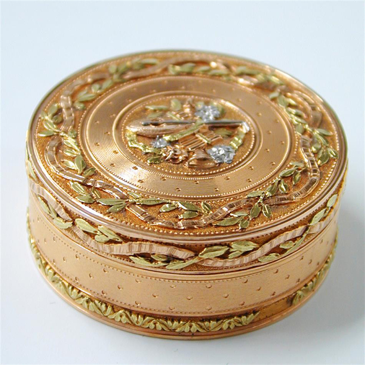 A German 19th century gold pill box where the hues of white, green, yellow and white gold can be appreciated.