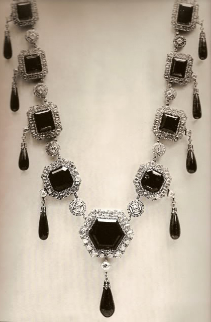 The emerald necklace in its original form: nine large emeralds set in diamonds, suspending important cabochon briolette stones.
