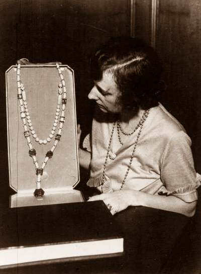 The emeralds as set by Cartier into the Art Deco sautoir bought by Edith McCormack Rockefeller.