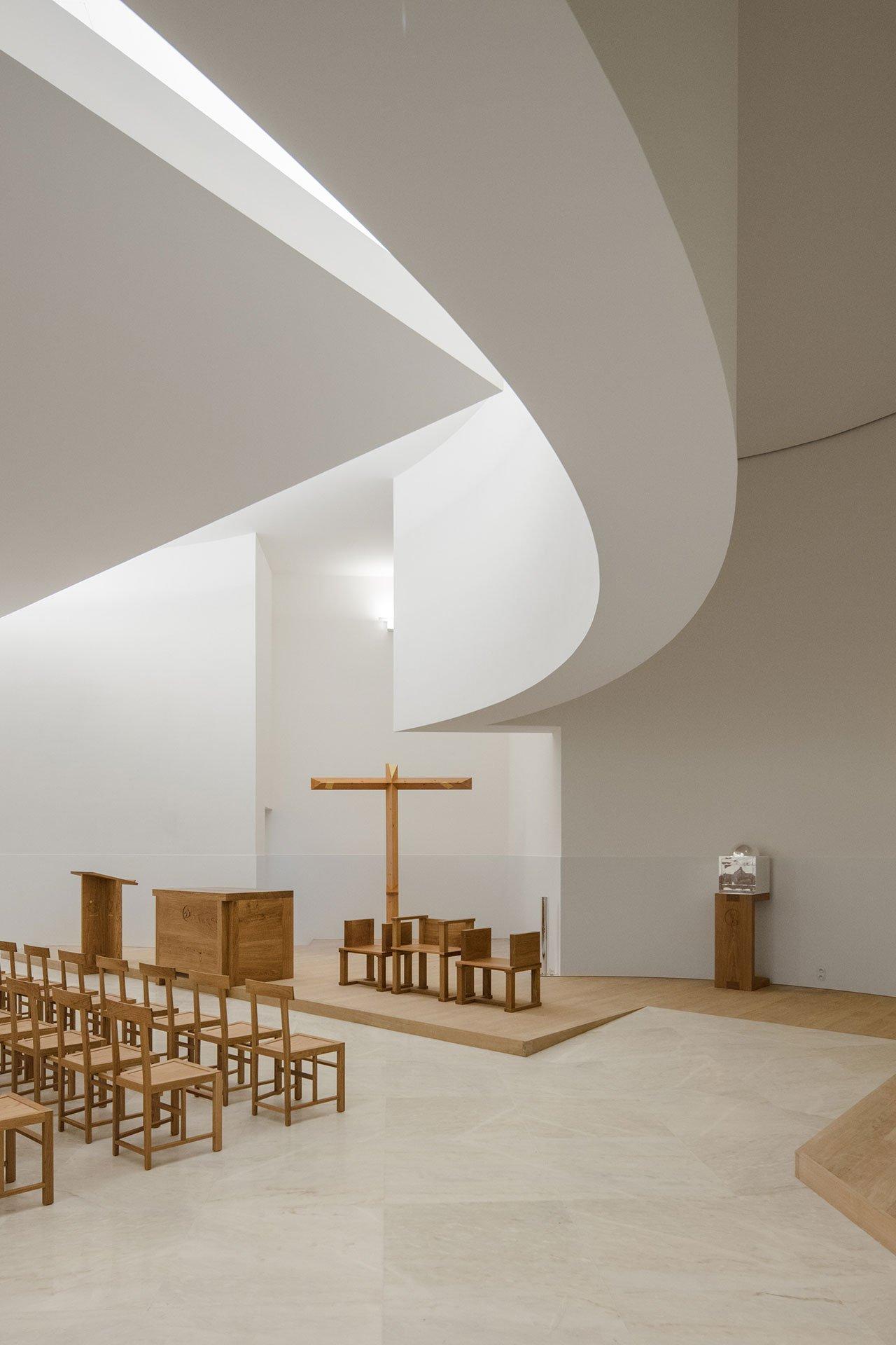 s5_church_of_saint_jacques_de_la_lande_rennes_france_alvaro_siza_vieira_dezainaa_3.jpg