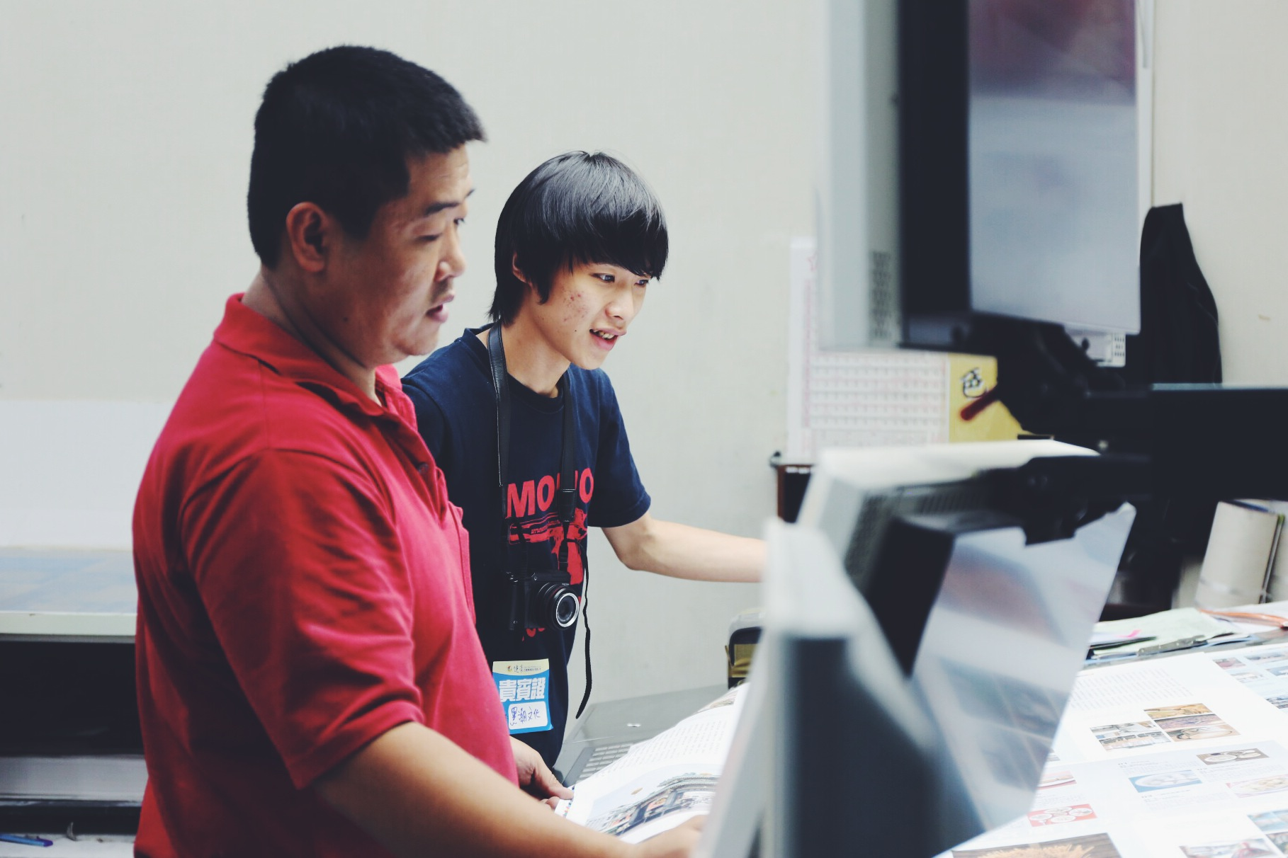 編輯哲寧正在印刷廠看印《藍鯨》的內頁。