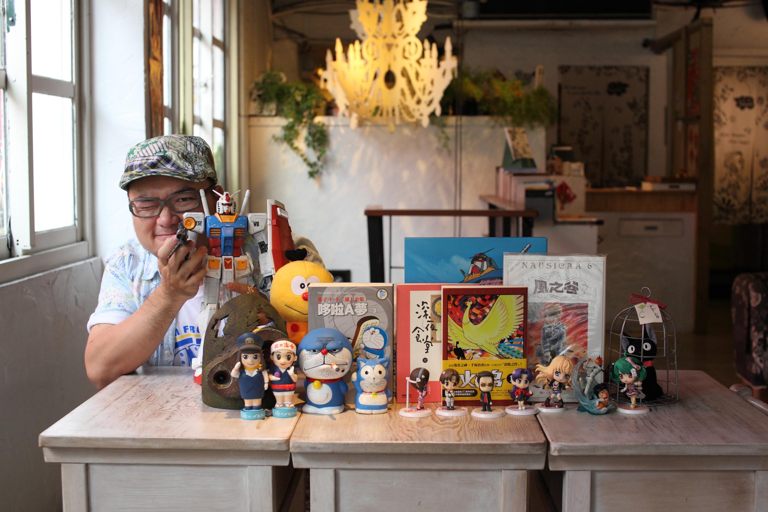 瘦瘦收藏的動漫玩偶、公仔、漫畫、畫冊⋯⋯。© Morris