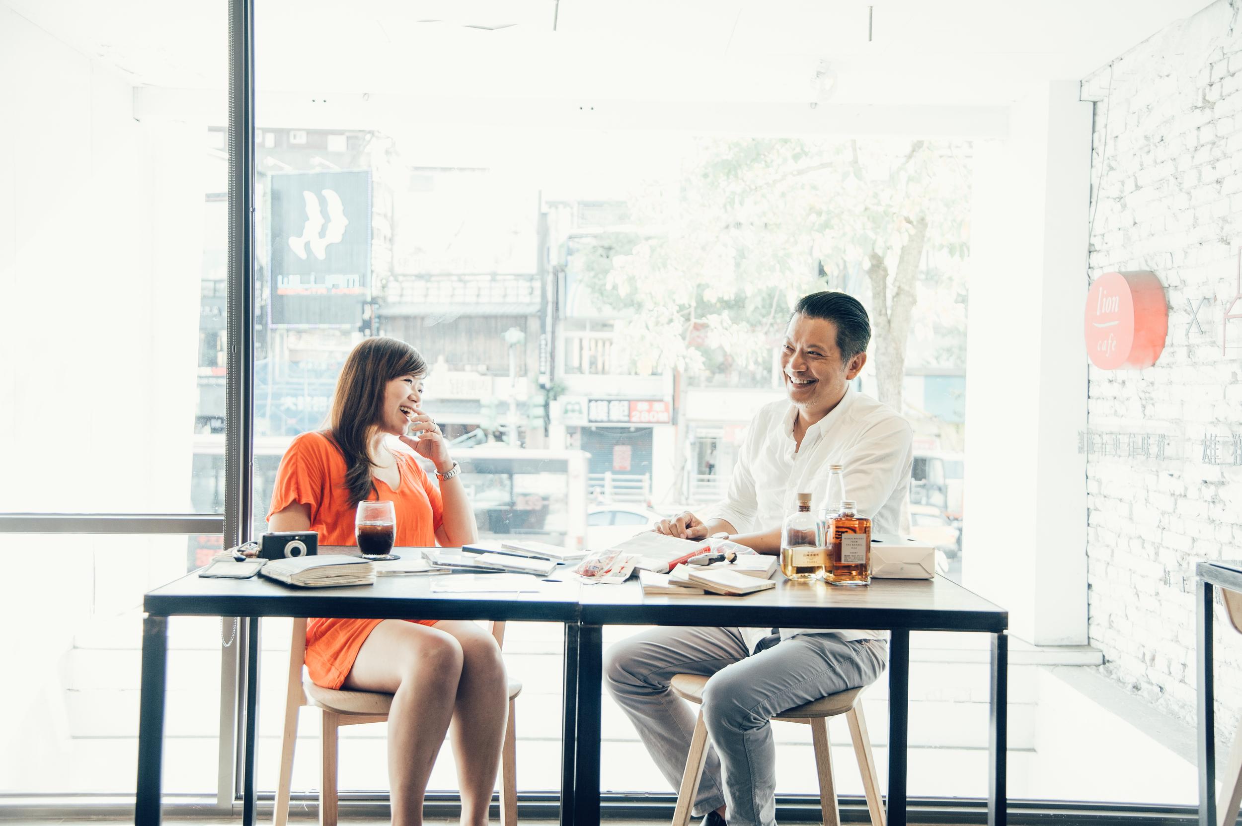 在雄獅臺大人文空間的對談,桌上擺滿了兩人10年來的日本軌跡。© 林志潭