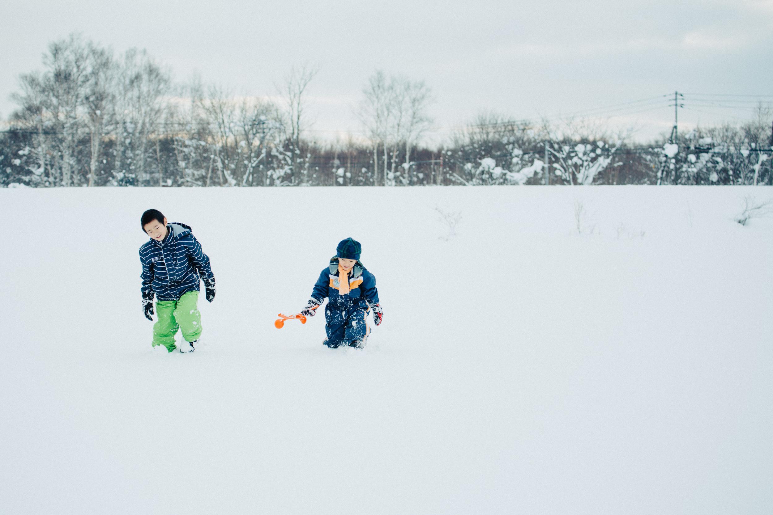 藤井さん的兩個兒子,在雪原中用力走來 ⓒ馮意欣