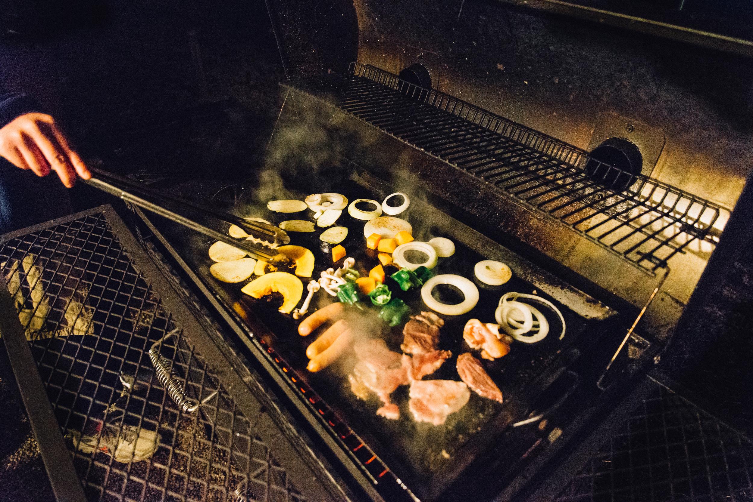將TAPA露營場提供的材料洗淨、切塊,放上炭爐上燒烤,最後炒出一盤什錦炒麵則成為今晚的「自慢料理」。