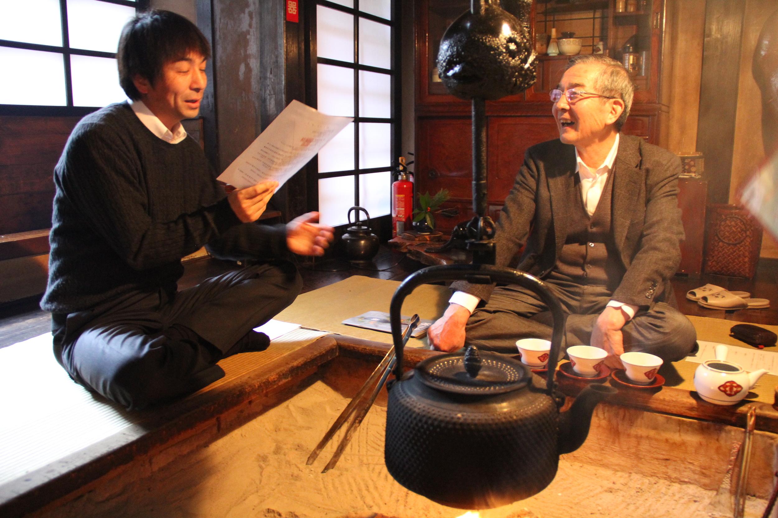 玄關旁的火爐提供住宿者享受傳統氣喫茶樂趣,感受百年歷史的痕跡。不妨與朋友或祕湯人員一邊泡茶一邊聊天。