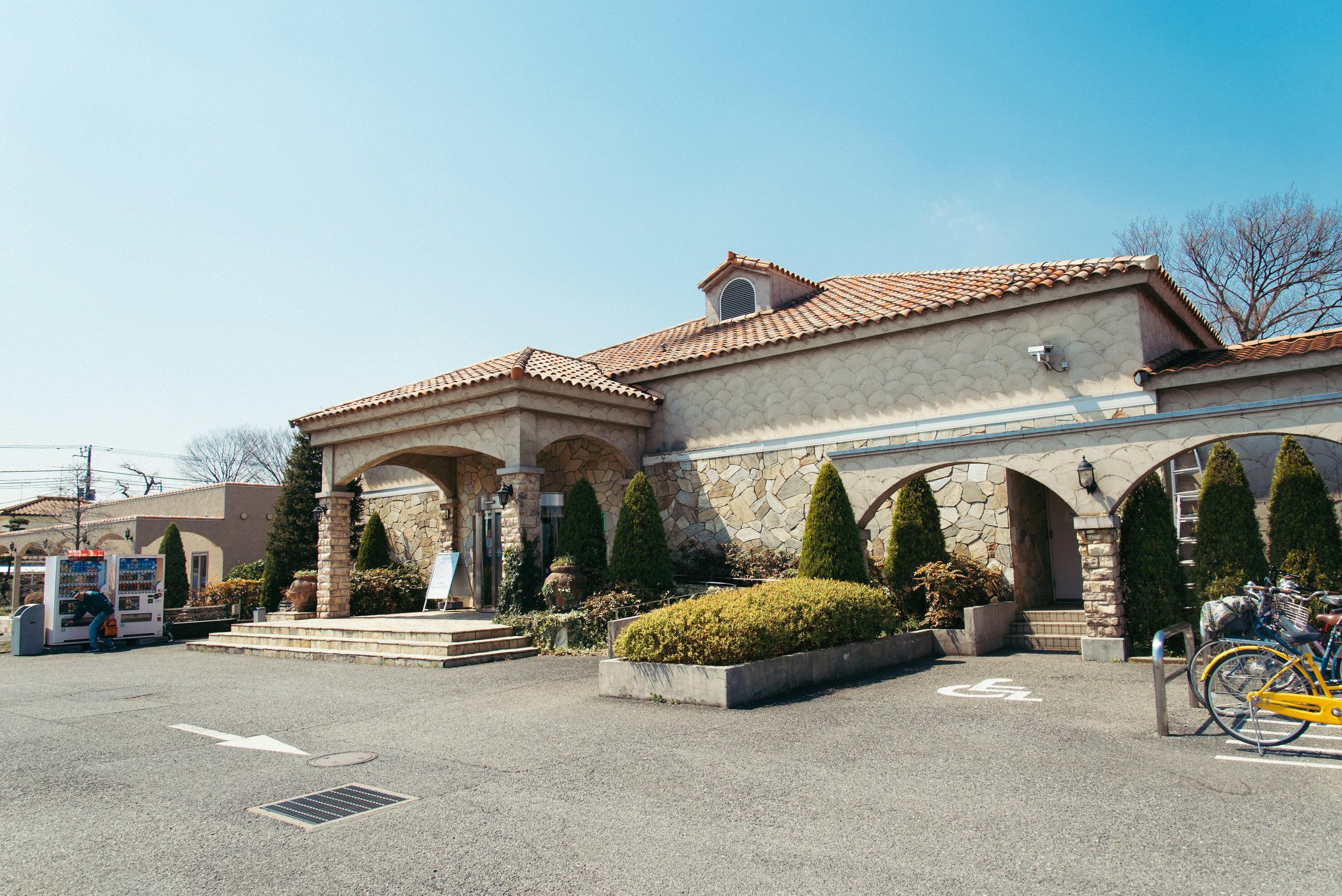 テルメ(terume)在古羅馬時代即帶有「公眾浴場」的含義,因此テルメ小川整體建築及溫泉設施均由歐洲風格打造。除了以古羅馬廣場為設計概念的女湯露天風呂外,還引進古羅馬式的低溫香草蒸氣室。在復古藍色空間內,被每月更換一次的香草氣味與蒸氣包圍,不僅是筋骨的放鬆,更能軟化平日疏於看顧的心靈。