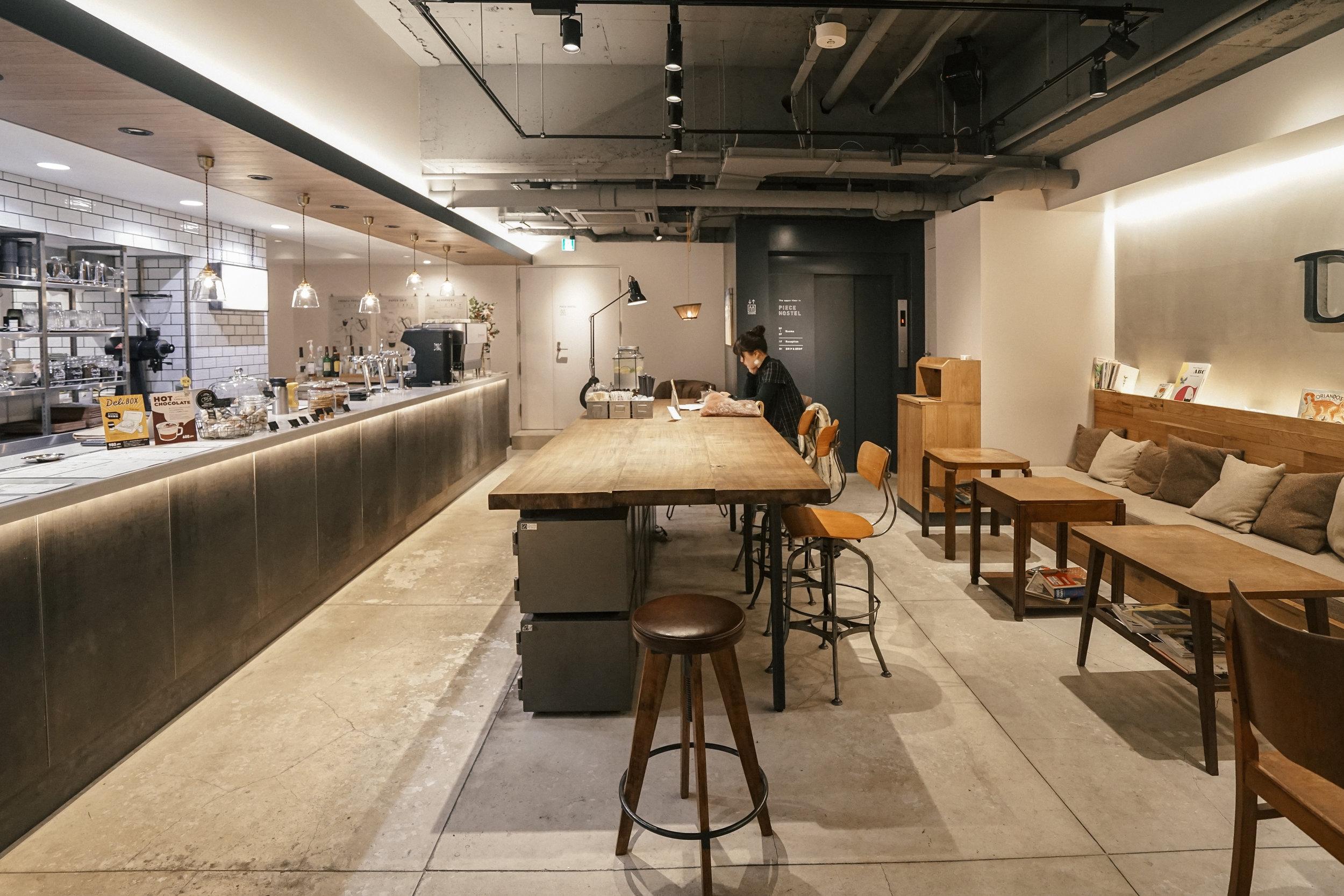 開放式的空間,讓人們在此更自由的交流咖啡喜好,彷彿藉由一杯美式或拿鐵,就能拉近人與人之間的距離。