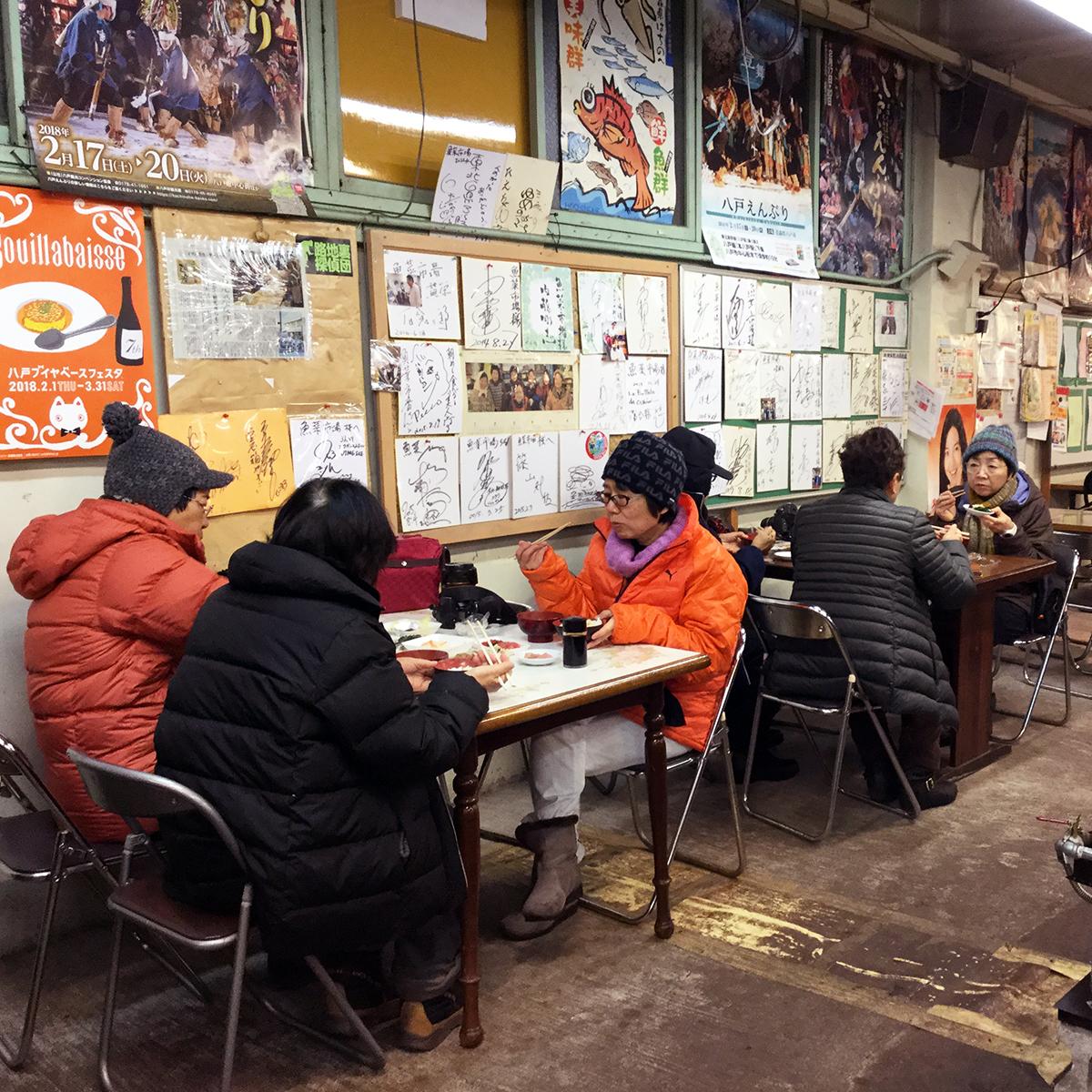 八戶(劉黎兒攝影)陸奧湊市場內形成最自然的美食廣場,讓觀光客或採買人都能盡情吃到最佳的早餐.jpg