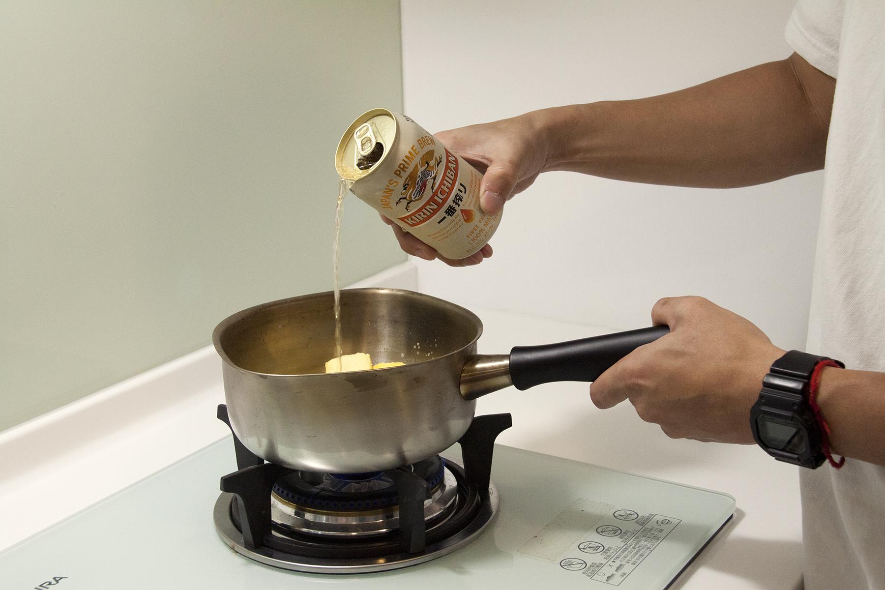 步驟1:將KIRIN一番搾、奶油加入鍋中拌勻,並加熱煮至奶油融化。