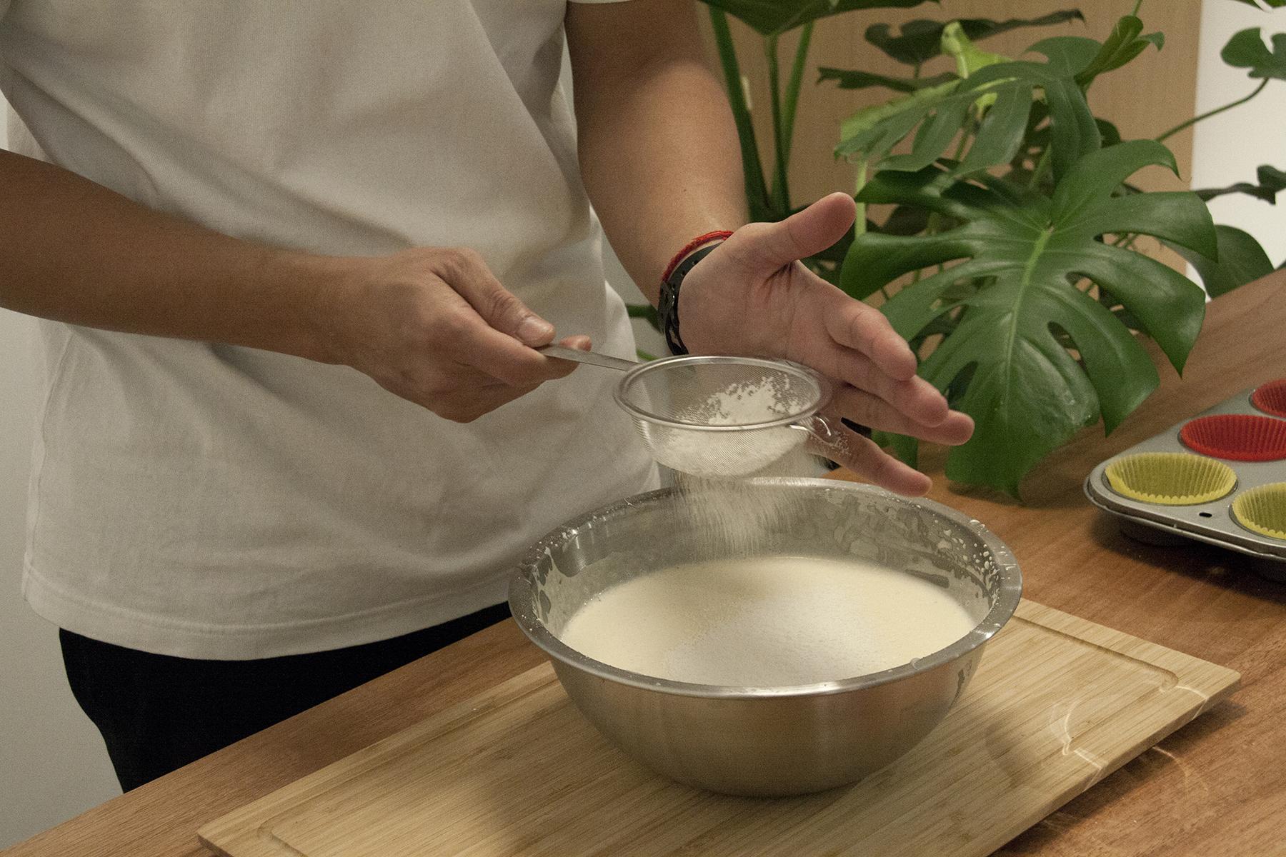 步驟3:低筋麵粉、小蘇打粉、鹽用過篩器倒入②中,攪拌均勻。最後加入原味優格增添風味。