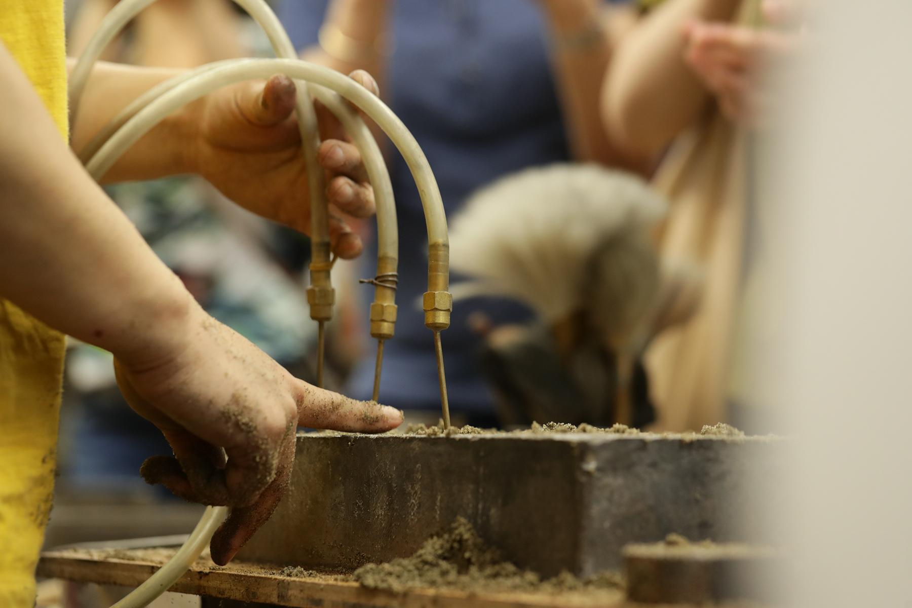 為讓金屬可以在砂模中順利流動,需要考慮灌入孔適合的方向。