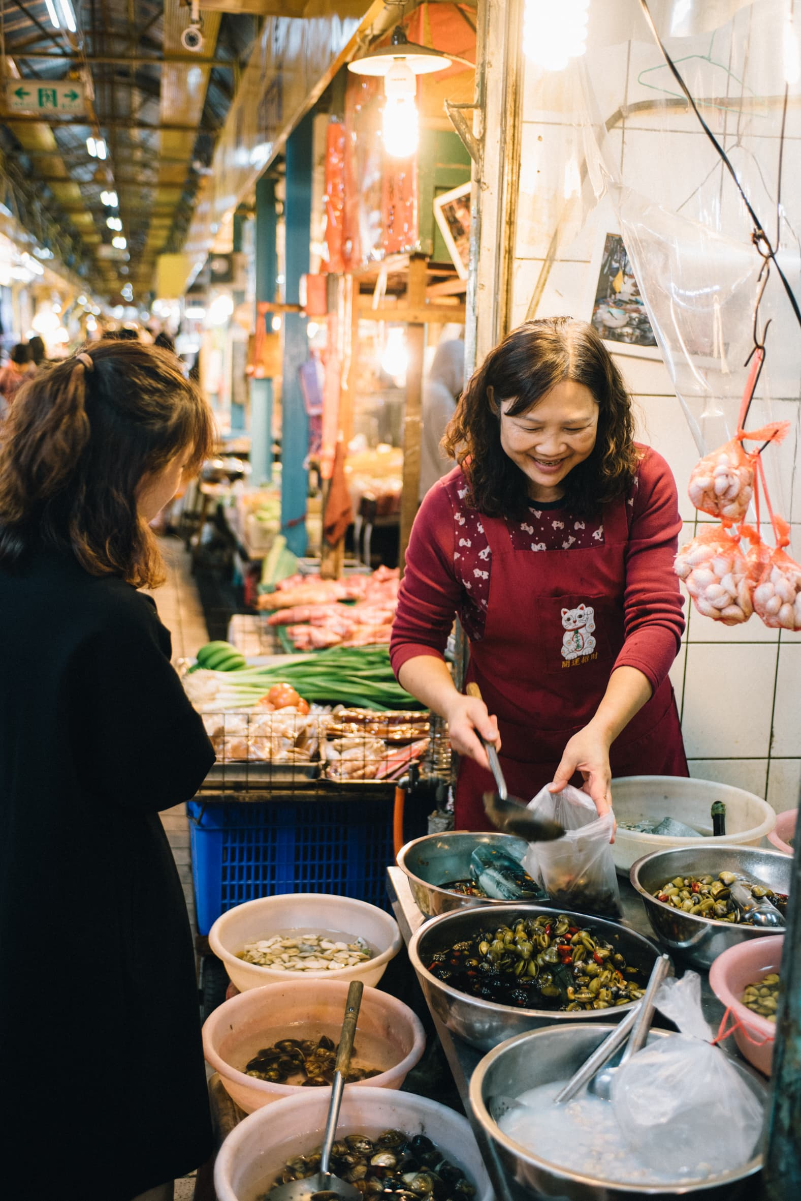 賣醃蜆仔的老闆娘,笑容可掬地和客人分享獨家配方。