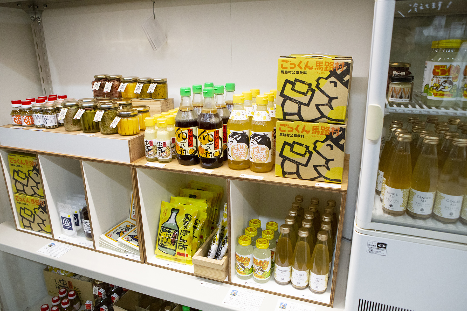 神藤秀人同時擔任編輯、策展角色外,也必須身兼販售商品的採購,透過他的視角挑選最原汁原味,且符合設計準則的當地食(飲)品。