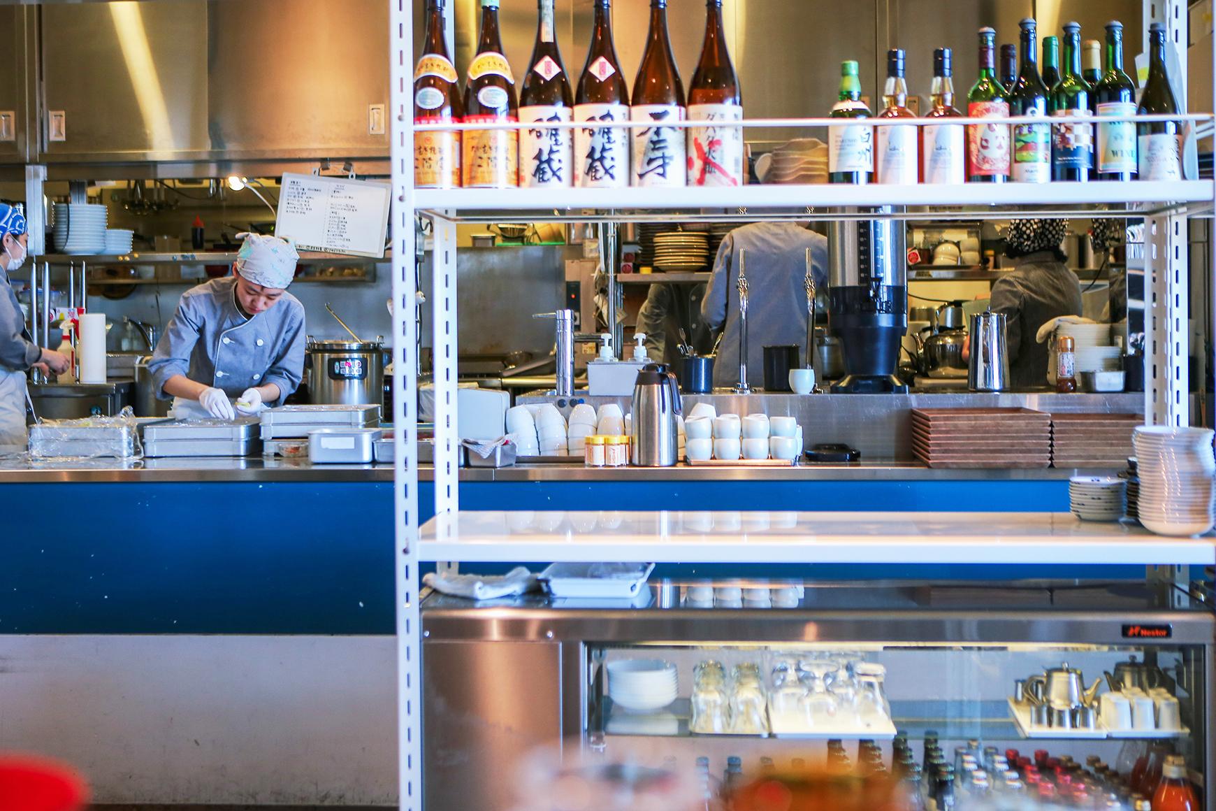 渋谷Hikarie的d47食堂,搭配展覽空間不定期推出限定地方定食料理,廚房除了需具備來自各地的新鮮食材外,也必須熟悉料理製作的步驟。