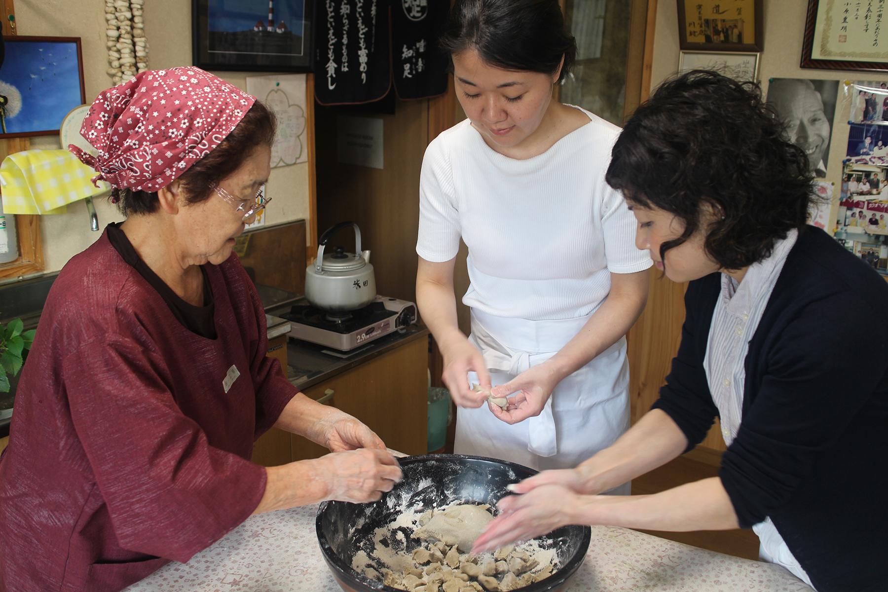 D&D的定食開發,最初會前往當地了解代表食物,並深入民家體驗常民的家庭料理。推出的定食,既是傳遞當地文化,卻不拘泥現場所見、所嚐,而是適度做出調整與創新,真正體現如何透過設計讓飲食更好的成果。