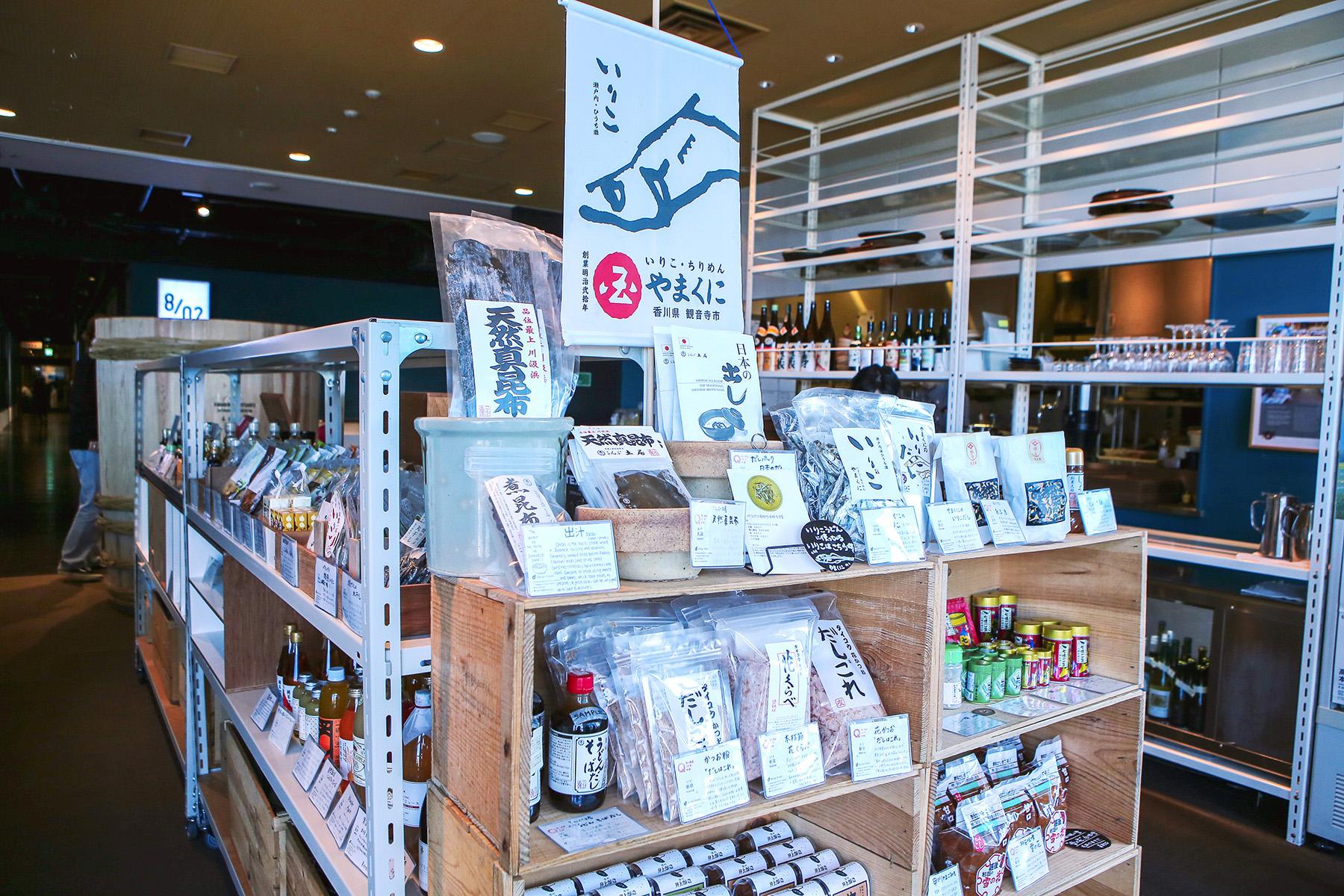 d47食堂中可購買由D&DEPARTMENT挑選,具有設計且代表地方文化的食材、調味料等產品。