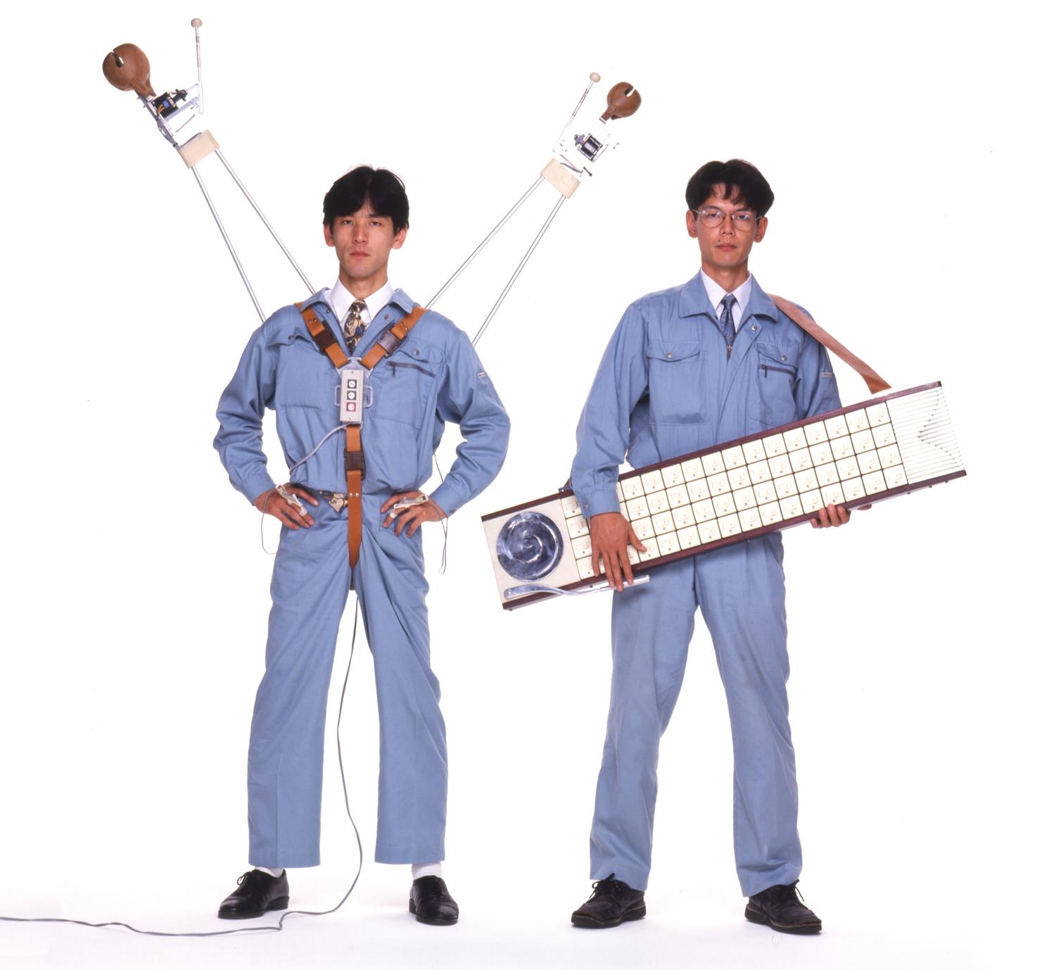 明和電機原由土佐信道(左)及土佐正道(右)組成,2001年,土佐正道以「定年退職」為由離開,由土佐信道肩負会社的營運。(照片及專輯封面擷取自 官網 )