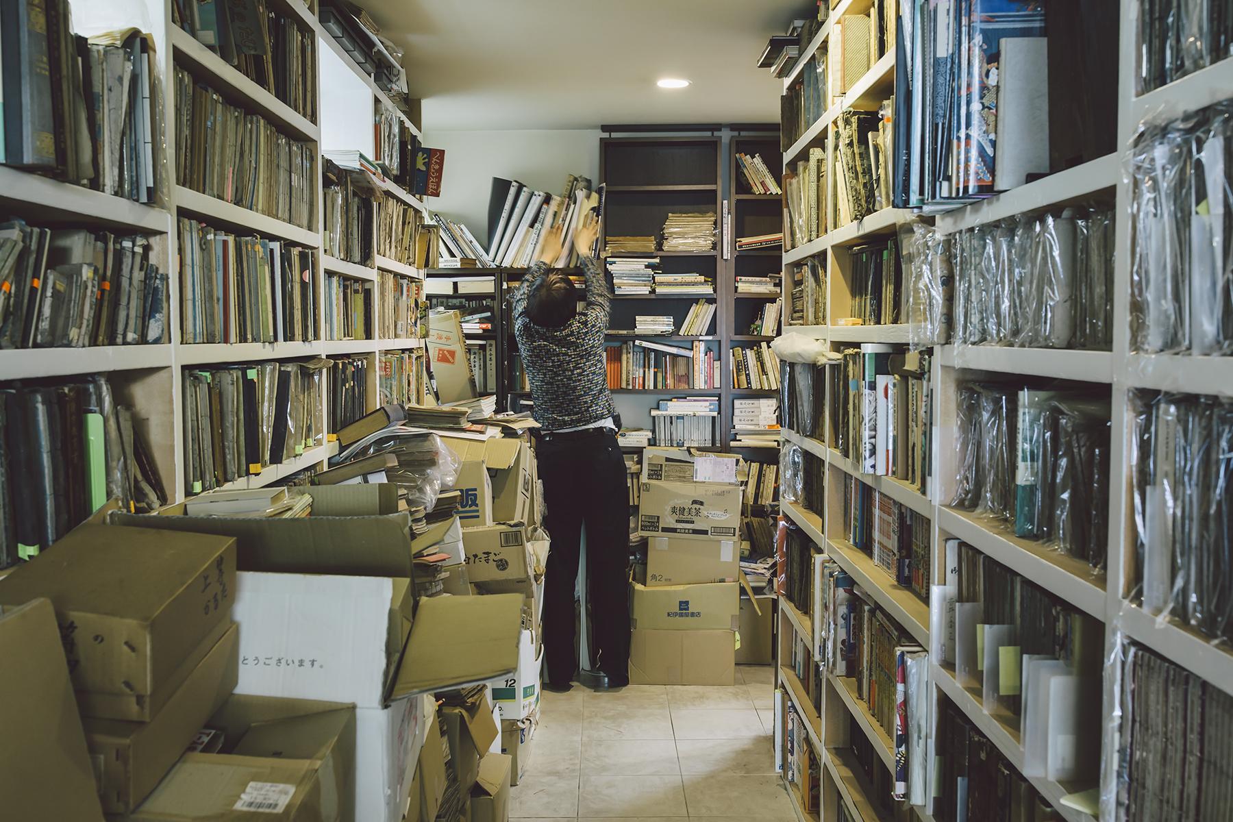 工作室內蒐藏不同年代的出版品,每一件都是祖父江慎創作的靈感來源。