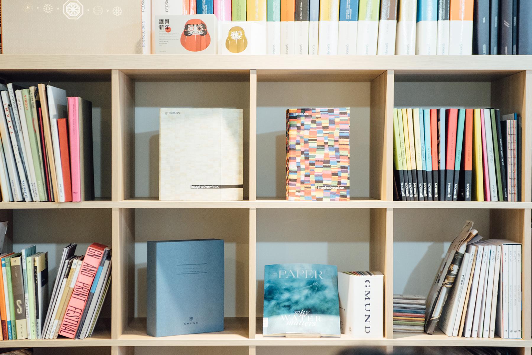 辦公室內收藏了近千本歐洲及日本各地的紙樣。這些由造紙廠及代理商製作的非賣品,主要提供相關人員參考應用,通常不對外販售。