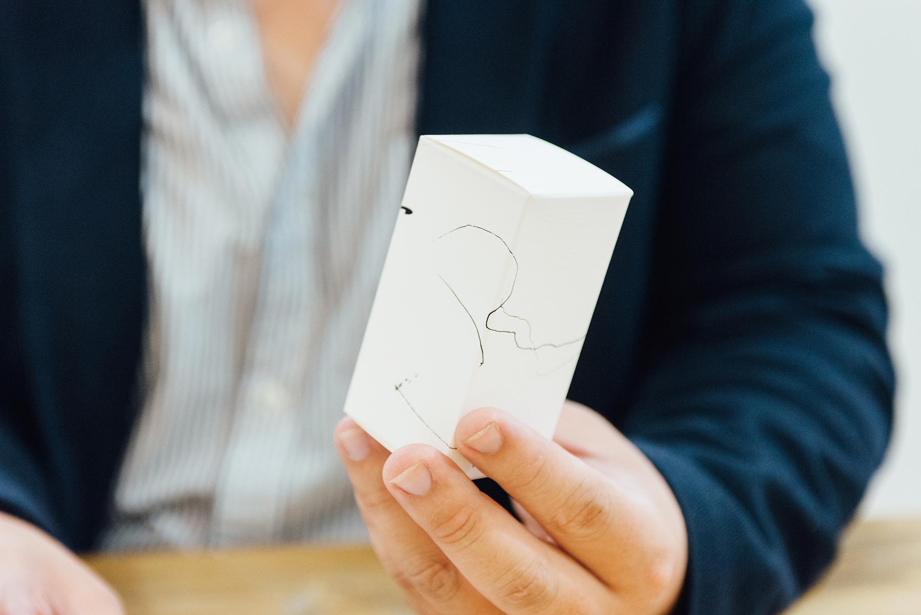 為了表現印刷和加工後的效果,竹尾スノーブル-FS同名紙樣《Snoble》將該紙製做成大小盒子、吊牌和紙卡。