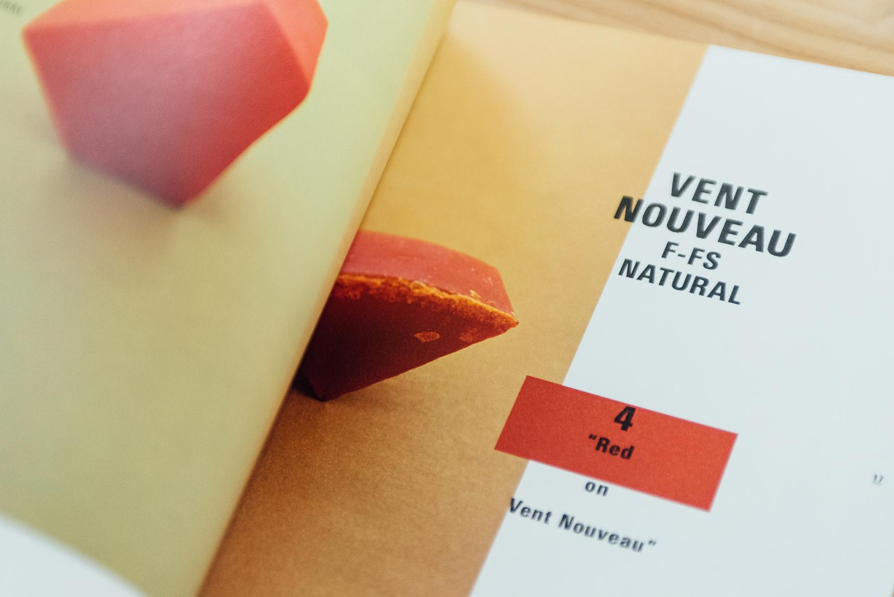 收錄世界各地的肥皂,《Color and Texture on Soap》是竹尾針對新浪潮Vent Nouveau這款紙設計的紙樣,利用肥皂既有的紋理和色彩,表現紙張印刷效果。
