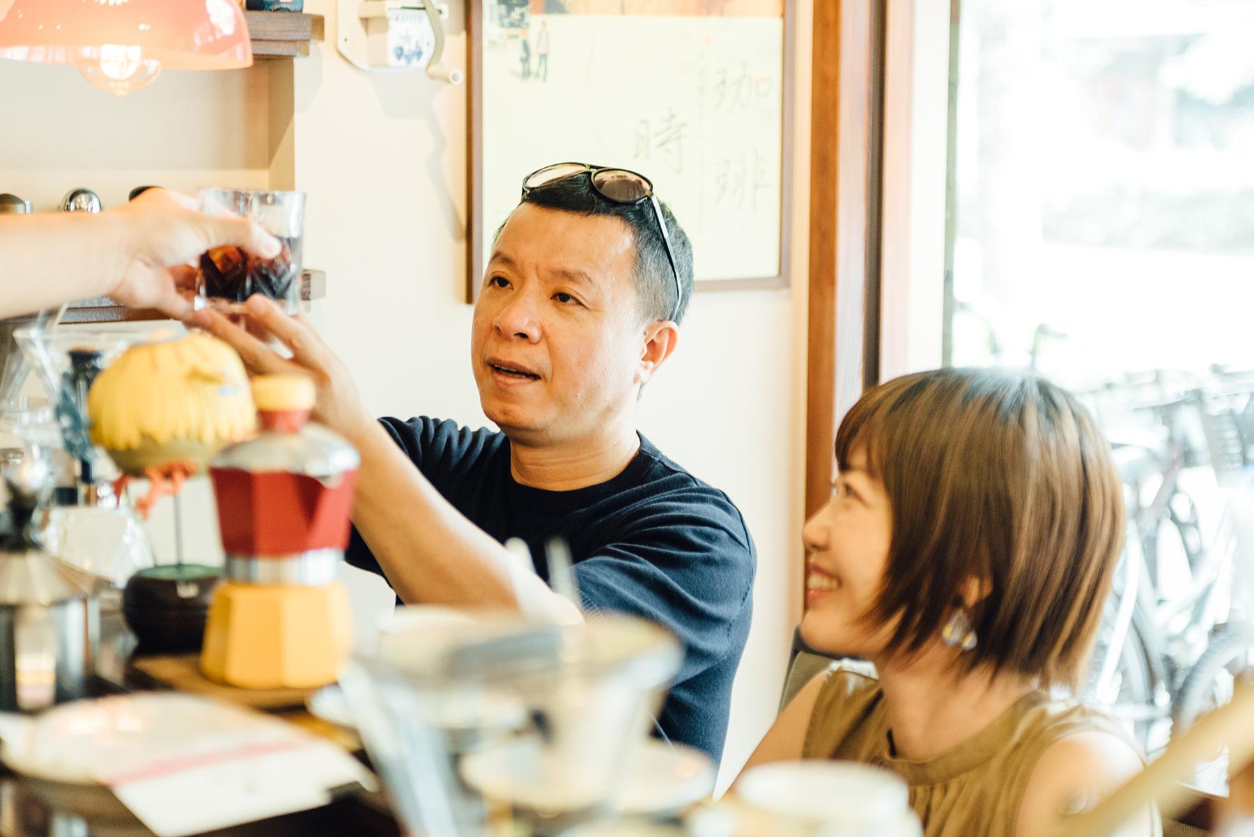 Hally Chen(左)著有《遙遠的冰果室》與《人情咖啡店》2本著作,同時在生活雜誌撰寫專欄。2019年5月出版新書《喫茶萬歲》,匯集12年來走訪21都道府縣喫茶店觀察和影像;陳秀娟(右)任職出版界多年。於2019年4月成立「銀河舍」出版社,《喫茶萬歲》是出版社的第四本作品。