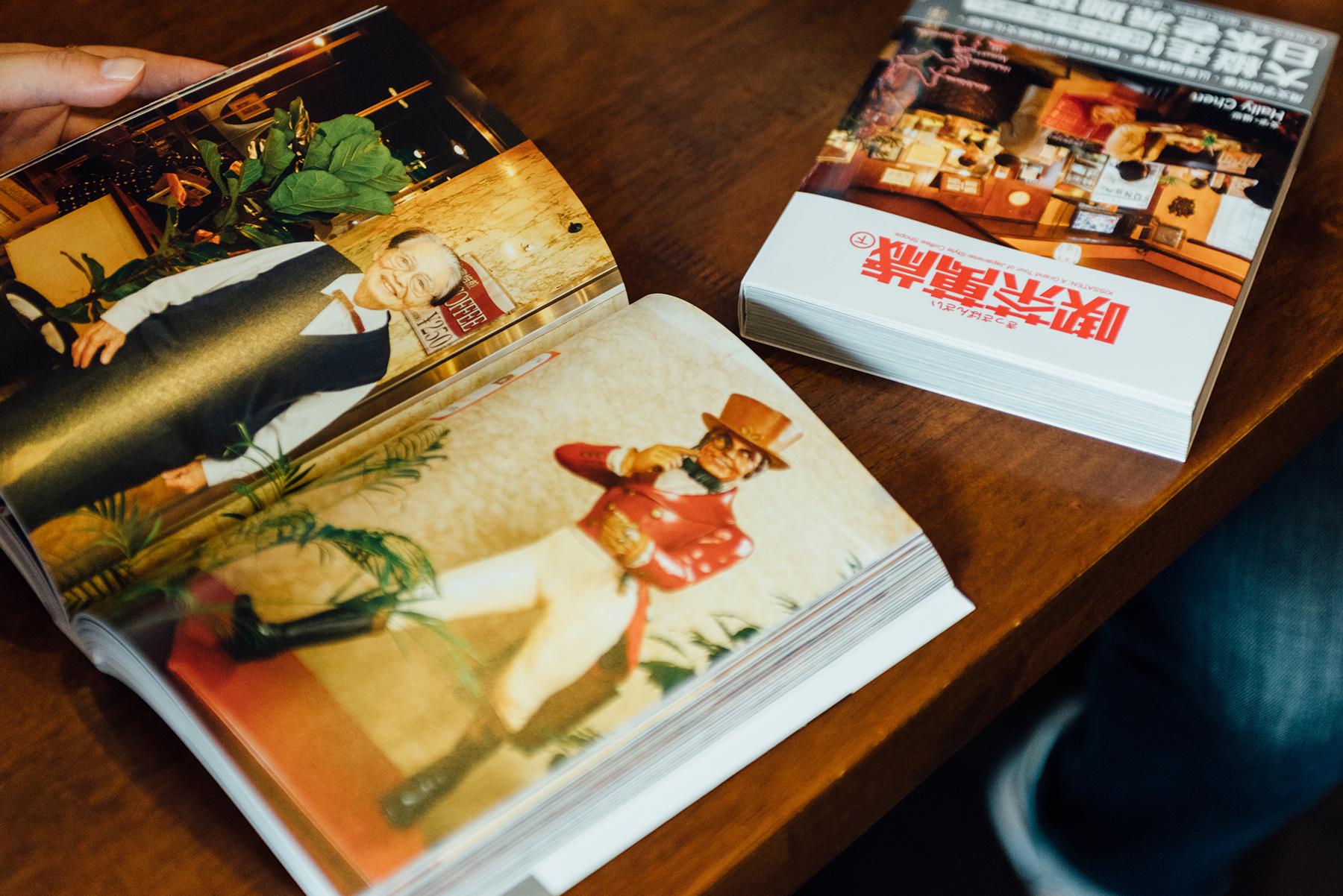 上下兩冊《喫茶萬歲》收錄了76家日式喫茶店,超過700張的照片,捕捉每家店最讓人著迷的老派氛圍。