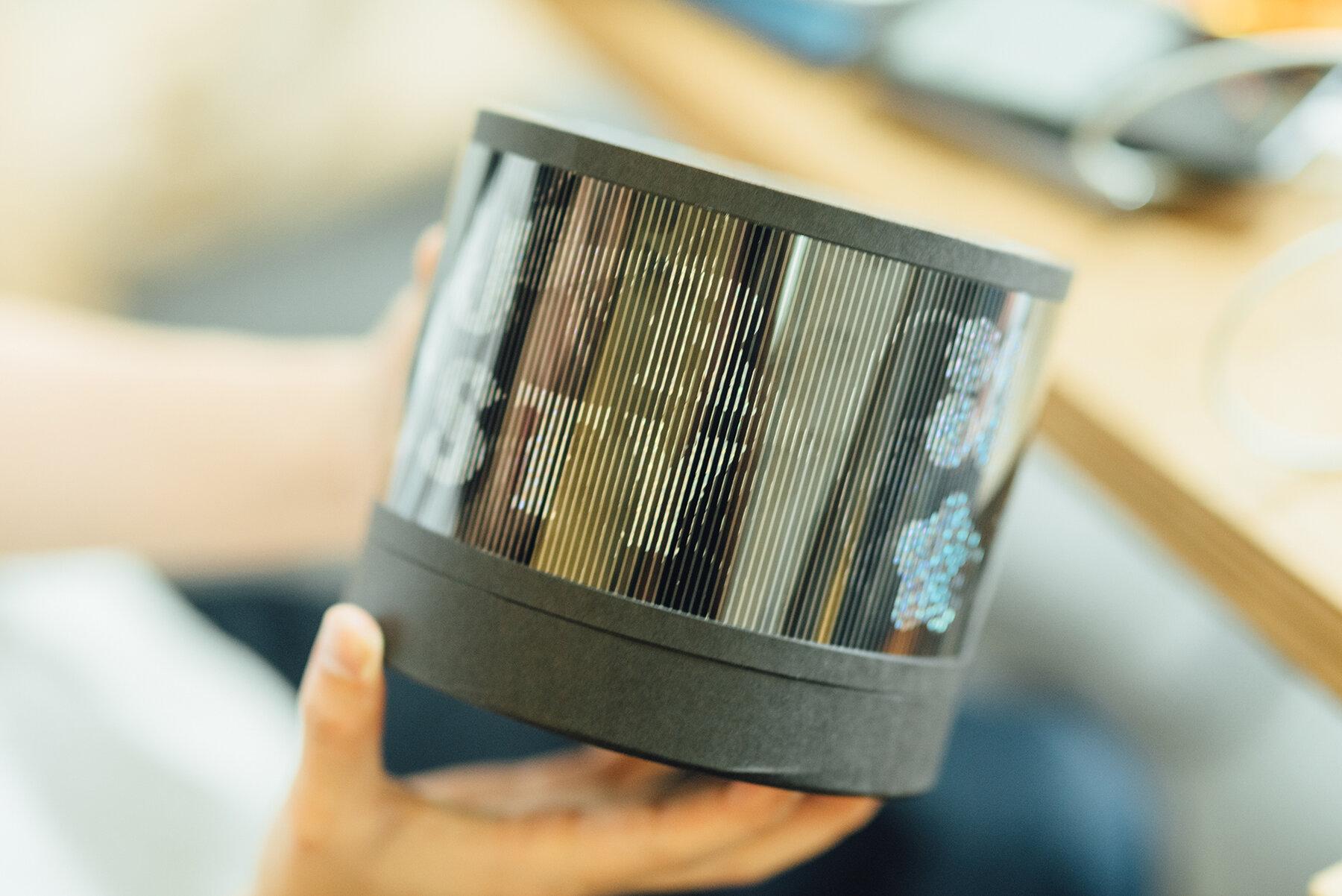 為設計生活雜誌《Shopping Design》設計的獎座,以立體角度挑戰紙的多樣性,利用軋型線條做出流動感,透過厚卡紙上的特殊印刷增加「紙做」獎座的份量。