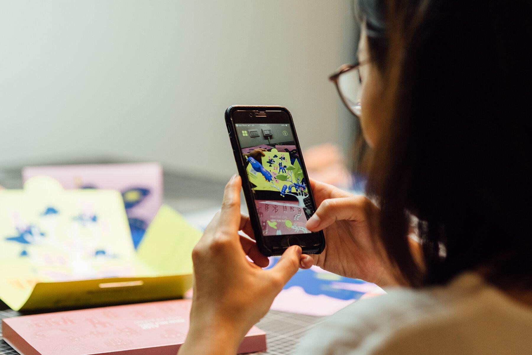 參與「粉樂町當代藝術展」主視覺設計,黃顯勳透過擴增實境的功能讓畫面中的青鳥能立體呈現。