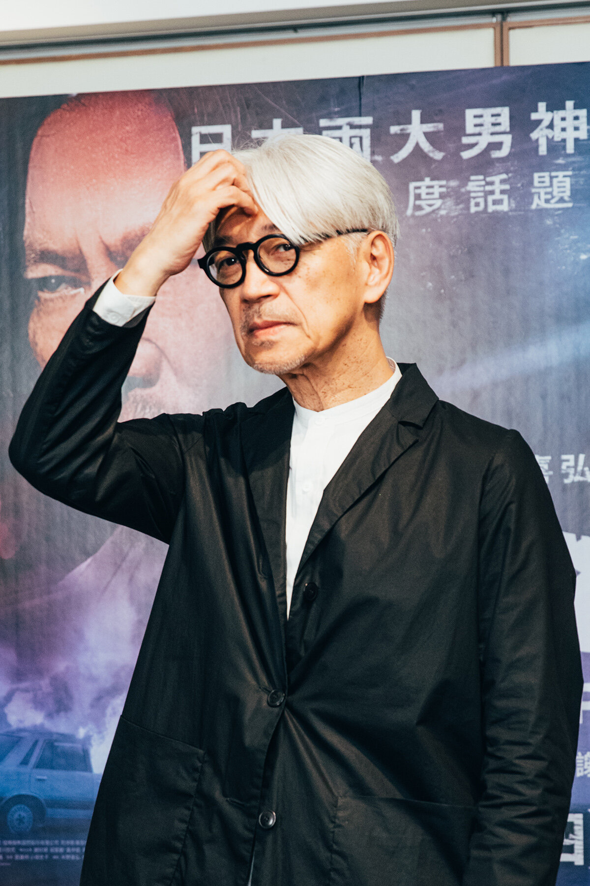 習慣以黑白色作為標準穿搭的坂本龍一,年過60仍散發出獨特的藝術氣質,招牌中分髮型與撥瀏海姿態,自在中帶有濃厚的個人特質。