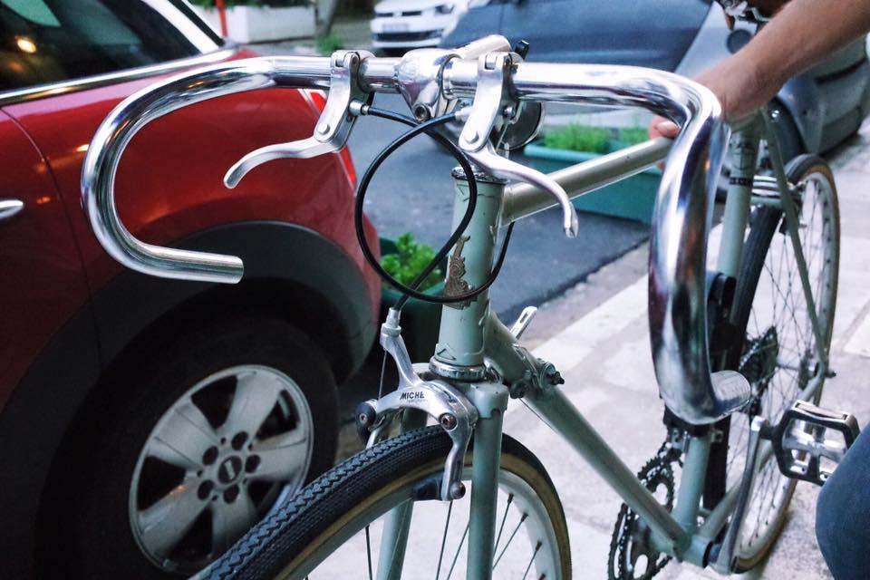 在雅典市區不少人以腳踏車代步