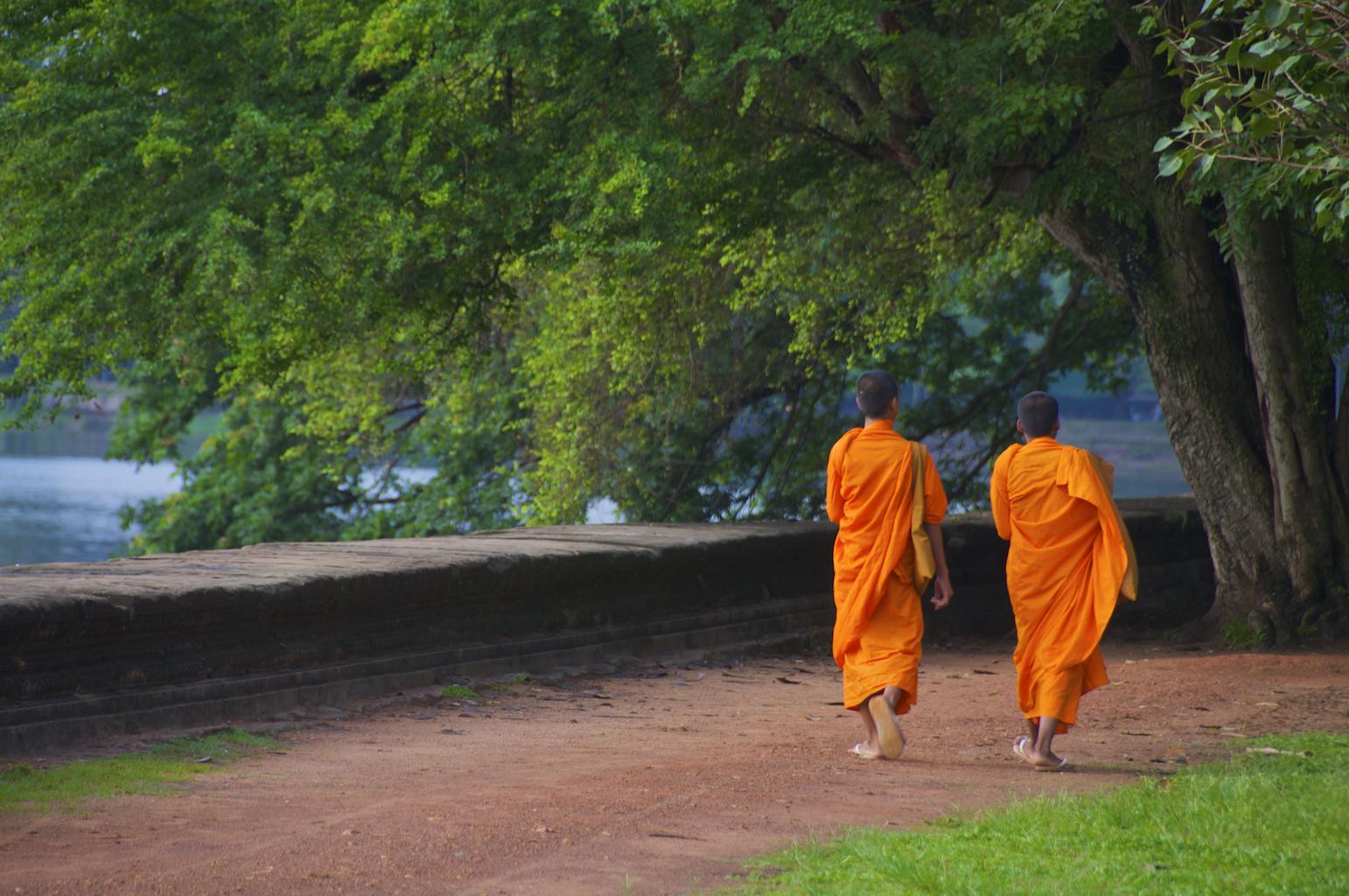 Buddhalaiset munkit värjäävät kaapunsa kurkumalla.