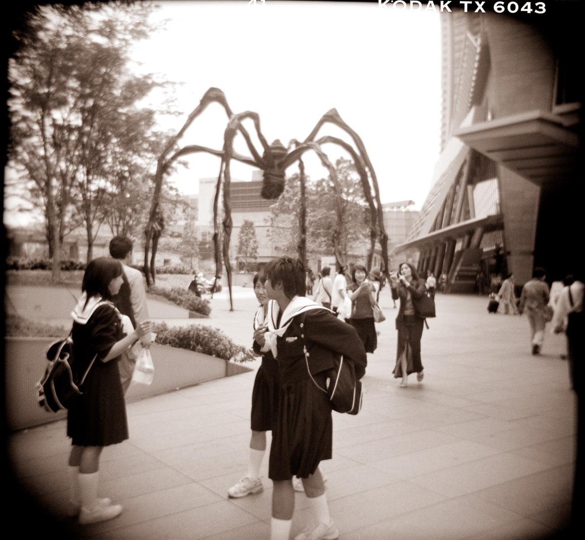 07-girls-and-spider-roppongi.jpg