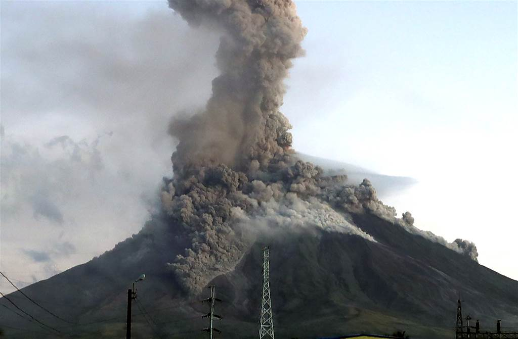 A view of Mayon Volcano erupts anew in the town of Daraga, Albay province, Philippines on January 24, 2018. Photo credit: Francis R. Malasig / EPA