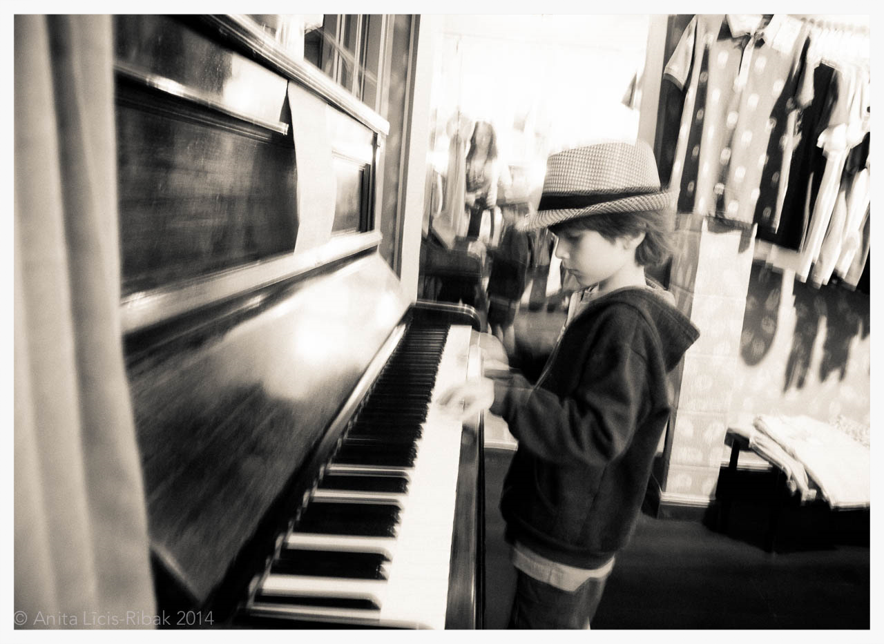 Teo playing the piano at 'Piano Man' in Gracia