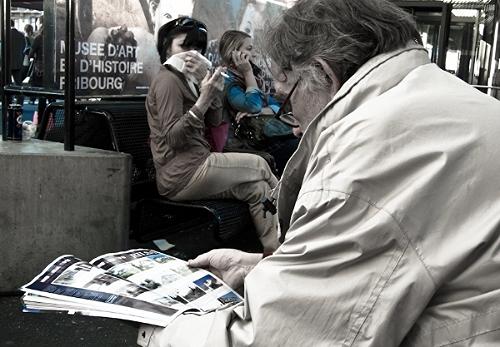 Se trata de una foto que tomé en la estación de Ginebra.  Nicole, como decidí llamar a esta dama, no paraba de toser. Tosía tanto que hasta sentí pena ajena. De pronto, durante una breve pausa de su agónica crisis respiratoria, sacó delicadamente un cigarrillo de su llamativa bolsa. Toda una dama.  Traté de ocultarme y disimular mi interés en la escena que juzgué casi preparada para mi cámara. Obviamente me vio fotografiarla, pero no creo que haya entendido lo que me motivó a hacerlo.